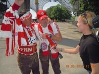 natternbacher-fans-vor-laufender-kamera