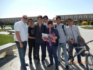 2016 03 12 Iran Isfahan_Die Burschen freuen sich über das FC Bayern Magazin