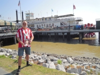 2013-03-19-fcb-magazin-in-new-orleans-vor-dem-mississippi-raddampfer
