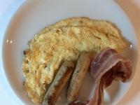Frühstück serviert Omelette mit Würstchen und Frühstücksspeck 2020 Queen