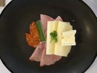 Schinken Wurst und Käse Spezialitäten serviert 2021 Brilliant