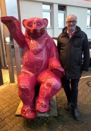 2020 03 06 Berlin Sitzender Artemis Bär 8 GB Besuch mit Eric Plakolm