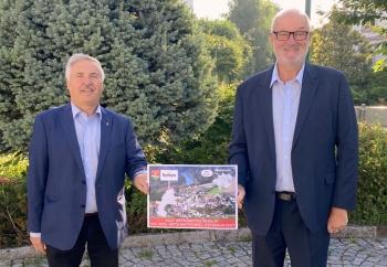 2021 07 22 Bürgermeister Roitham Alfred Gruber mit Ortsschilder