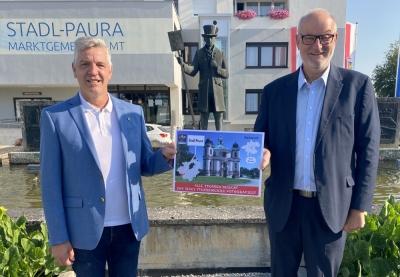 2021 07 22 Bürgermeister Stadl Paura Christian Popp mit Ortsschilder