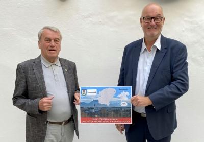 2021 06 15 Bürgermeister Schwanenstadt Konsulent Karl Staudinger mit Strassenschilder