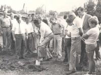 1977-08-06-turnerheimbau-spatenstich-durch-buergermeister