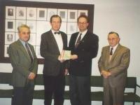 1995-11-17-uebergabe-oetb-dokumentation-an-gemeinde-neumarkt-bgm-hoelzl