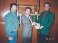 1995-11-25-übergabe-ötb-dokumentation-an-bez-schulinsp-bgm-august-falkner