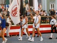 1990 07 12 Vöcklabruck 10 ÖTB OÖ Gauturnfest Fahnenträger im Einsatz