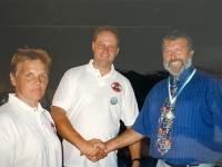 1999 07 11 Bezirksturnfest Neumarkt Schlussfeier Gratulation an Franz