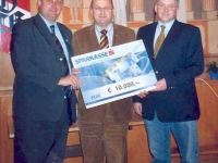 2004-03-14-hauptversammlung-grosszügige-spende-des-sparkassenfonds