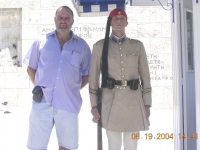 2004-08-19-olympische-spiele-athen-wachsoldat-mit-gerald