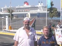 2004-08-20-olympische-spiele-athen-die-queen-mary-2-im-hafen-von-piraeus