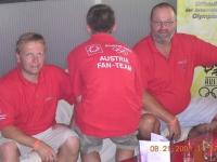 2004-08-21-olympische-spiele-athen-austria-fan-team-von-hinten-im-österreichhaus