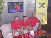 2004-08-21-olympische-spiele-athen-austria-fan-team-von-vorne-im-österreichhaus
