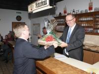 2010 03 25 Hauptversammlung  Eine Brettljause für unser neues Ehrenmitglied Obmann Gerald Stutz