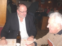 2011-02-03-eisstock-vm-obmann-mit-ehrenmitglied-in-der-diskussion