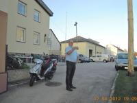 2012 04 27 Maibaumaufstellung mit SZ_der Obmann ist heute auch Stabführer