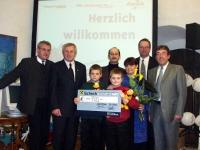 2002-01-24-abschlussfest-öaab-mwa-scheck_an_familie