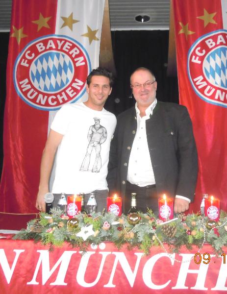 2012 12 09 Claudio Pizarro FCBayern Spieler bei der Fanclub Weihnachtsfeier in Natternbach