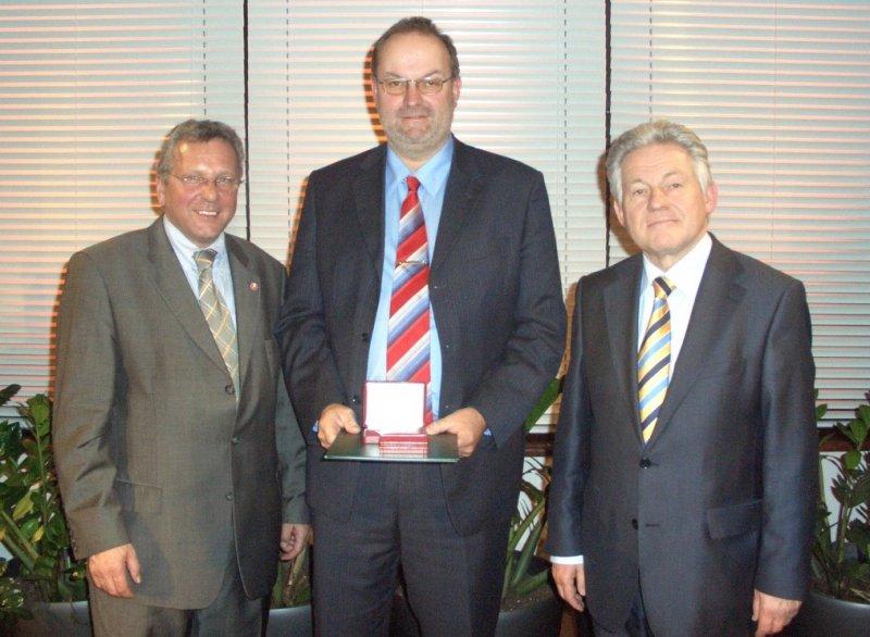 2007-03-29-landessportehrenzeichen-in-gold-lh-dr-josef-pühringer-und-union-präsident-gerhard-hauer