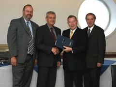 2004-07-05-dr-ludwig-scharinger-rlb-oö-betriebsvereinbarung-unterzeichnung-in-linz