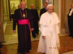 2005-12-17-papst-benedikt-xvi-steht-2-meter-vor-mir-in-rom