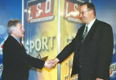 2002-04-11-landeshauptmann-dr-josef-pühringer-bei-der-verleihung-des-landessportehrenzeichen-in-silber