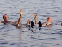 2005-11-18-israel-baden-im-toten-meer-gast-liegend