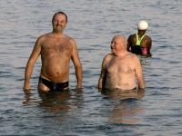 2005-11-18-israel-baden-im-toten-meer-mit-gast-stehend