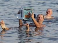 2005-11-18-israel-baden-im-toten-meer-mit-zeitung