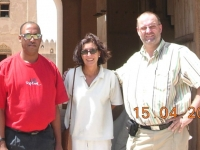 2006-04-16-dubai-reiseleiterin-sylvia-oman-und-busfahrer