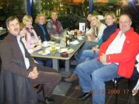 2008 12 12 Ausflug Gruppenabteilung Paris Stärkung am Flughafen Wien