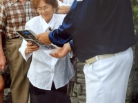 2006 07 09 Geburtstagsständchen Gschaider Hedwig 85 Jahre Geschenküberreichung