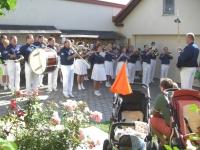2007 08 25 Geburtstagsständchen Ernst Elfriede der Spielmannszug ist im Ernst Garten angetreten