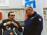 2015 04 18 Pferdemarkt Neumarkt Erste Neumarkter Geschenkeeinkaufstasche für 20 Jahre Obmann durch Bgm Ollinger