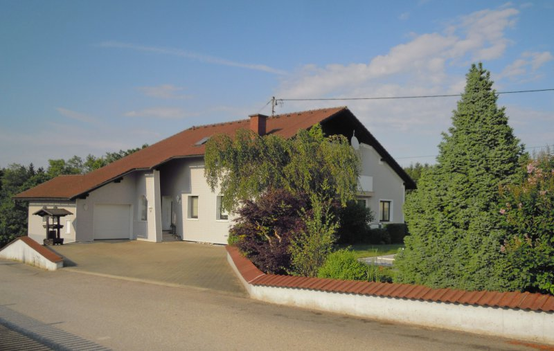 2014 Juni Wohnhaus mit neuer Hausfarbe und Garageneinfahrt